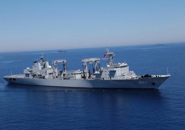 Un navire de ravitaillement chinois Weishanhu (887)