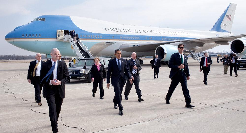 President Barack Obama with U.S. Representative Mary Jo Kilroy (right) and Senator Sherrod Brown (left, behind secret service agent) arriving at Port Columbus in 2009