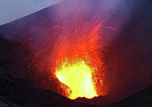 Des savants pénètrent dans le cratère d'un volcan au péril de leur vie