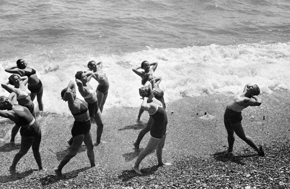 Réveil musculaire en Crimée au bord de la mer Noire, 1954