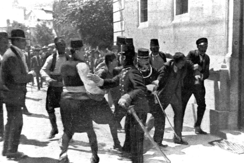 L'arrestation de Gavrilo Princip (deuxième à droite), membre de l'organisation nationaliste serbe Jeune Bosnie