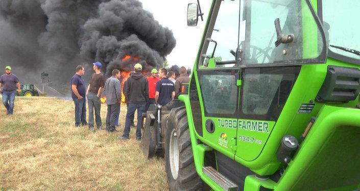 Les agriculteurs français brûlent des pneus à la frontière allemande