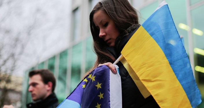 Manifestation avec les drapeaux de l'Ukraine et de l'UE