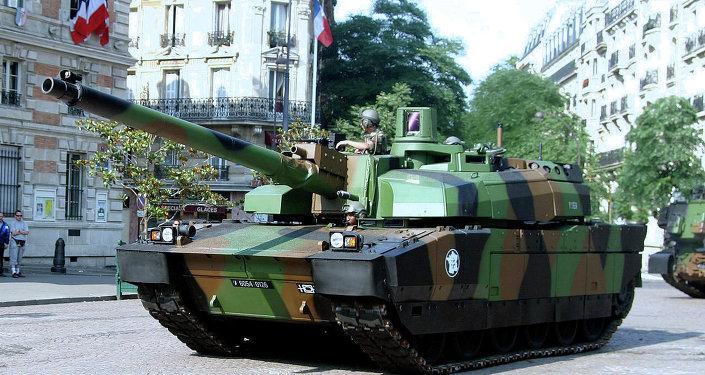 Le char français Leclerc lors d'un défilé militaire à Paris