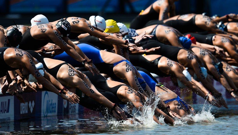 Les nageuses au départ du 10 km nage en eau libre femmes