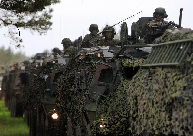 Militaires américains, lettons, lituanien et britanniques à la base lettone d'Adazi