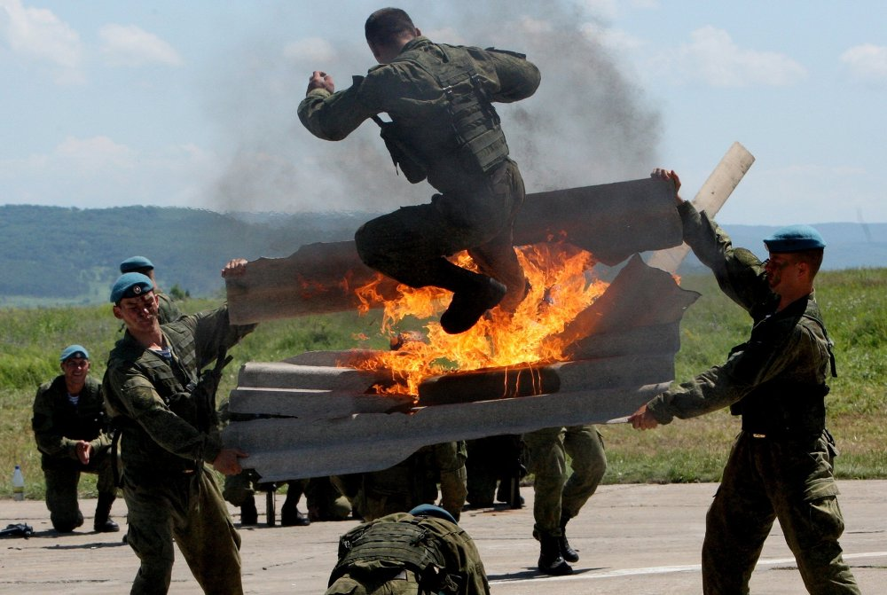 Un exercice des Troupes aéroportées lors la fête donnée en leur honneur dans la banlieue de la ville d'Oussouriisk (Extrême-Orient russe)