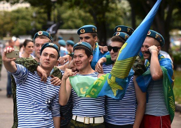 Le Jour des Troupes aéroportées fêté au Parc Gorki de Moscou