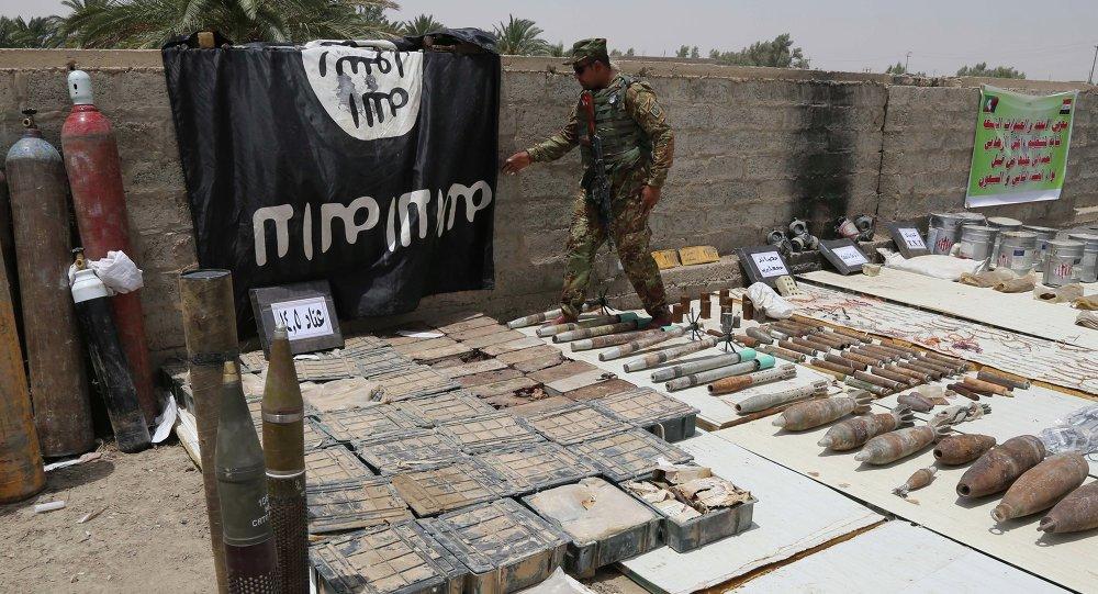 Forces de sécurité irakiennes affichent un drapeau d`État islamique et des munitions confisquées