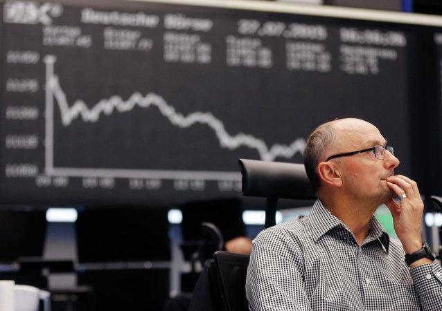 Un négociant veille sur l'écran, le marché boursier à Frankfurt