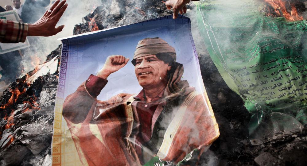 Portait et livres de Kadhafi brûlés à Benghazi