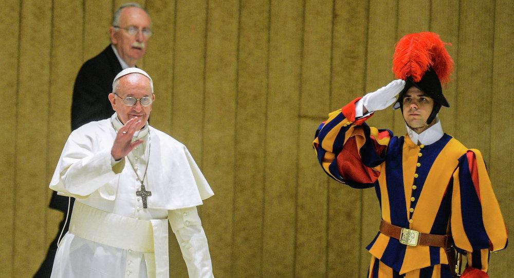 Le pape François (à gauche) et un garde suisse