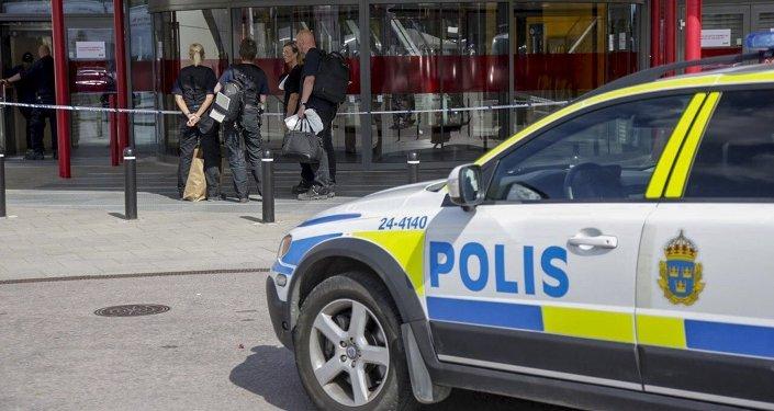 Police devant un magasin Ikea à Vasteras