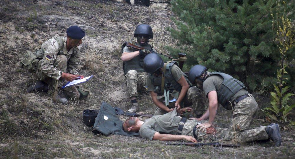 Les instructeurs britanniques forment les militaires du pays aux techniques de premiers secours, Ukraine, Août 11, 2015.