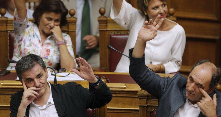 Grèce: les députés grecs votent le plan d'aide