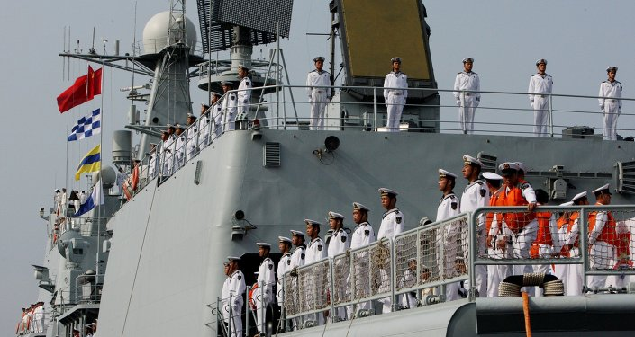 Les marins de la flotte russe et de la flotte chinoise au cours de la cérémonie d'ouverture des exercices militaires conjoints Coopération maritime 2015.