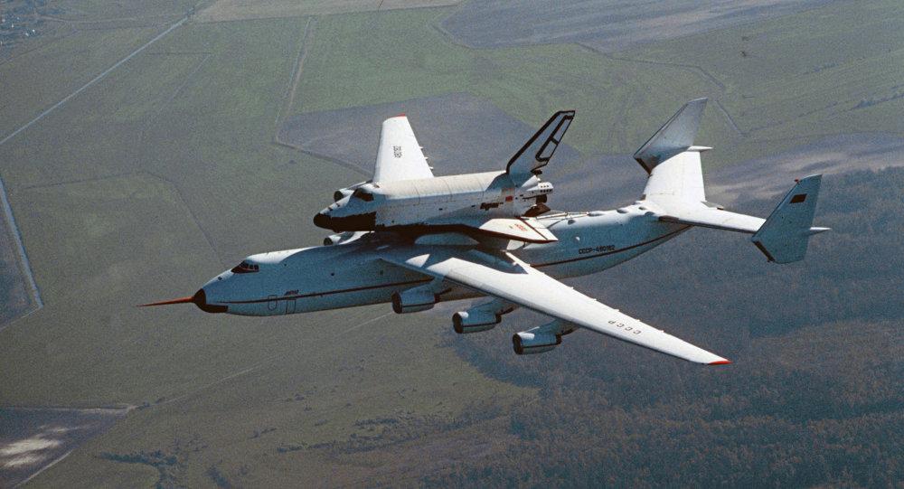 Un avion cargo Antonov An-225 transportant la navette Bourane