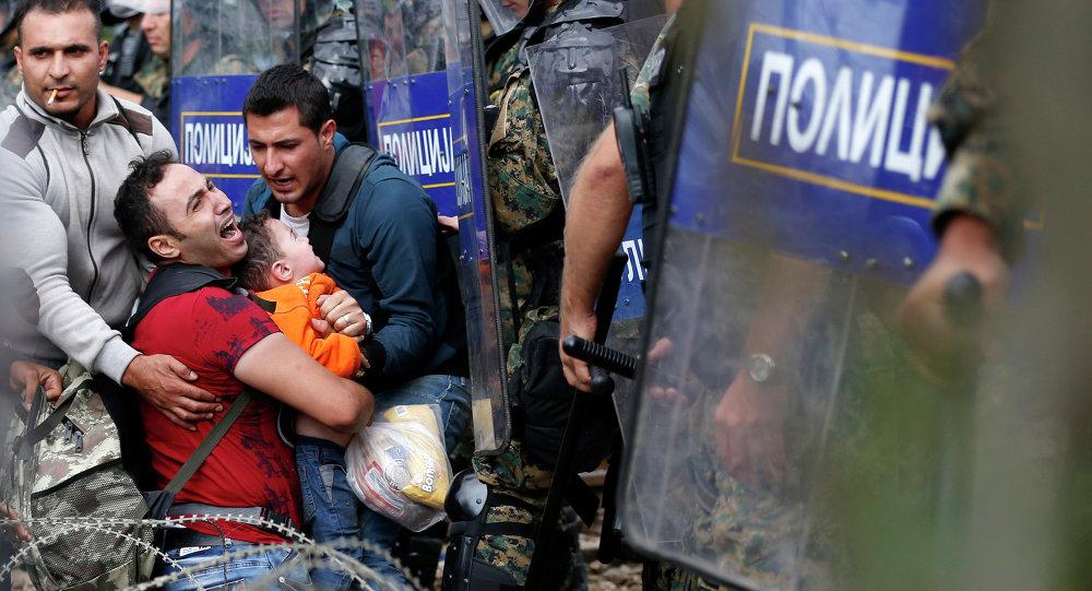 Immigrés qui essayent de passer en Macédoine depuis la Grèce