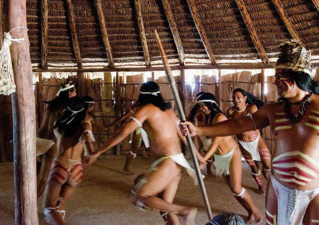 Une tribu aborigène très peu vêtue qui nous fait un show