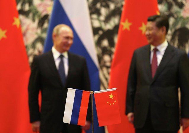 Флаги России и Китая на фоне Президента России В.В. Путина и Председателя КНР Си Цзиньпина
