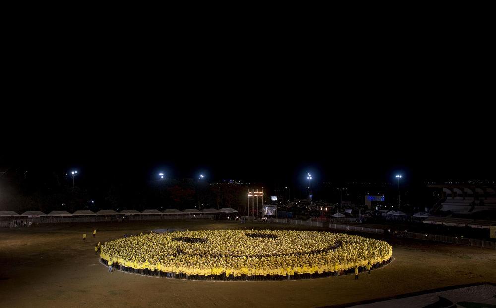 6.000 Philippins, ayant endossé des chemises jaunes et noires, se sont rassemblés pour former un gigantesque smiley