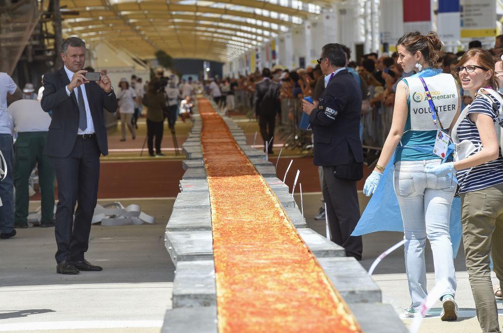 La pizza la plus longue  du monde (1.600 mètres) a été fabriquée à Milan à l'occasion de l'Expo-2015