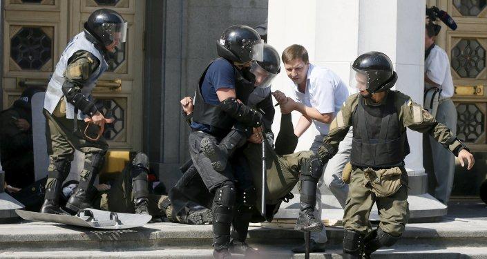 Les heurts devant le Parlement ukrainien