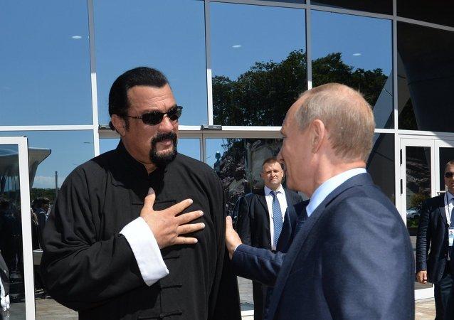 Vladimir Poutine (à droite) et Steven Seagal