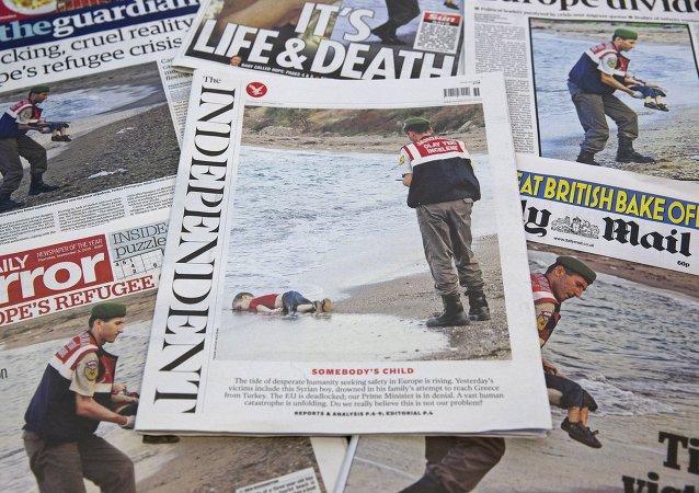 Les photos d'un tout petit enfant Aylan Kurdi noyé étendu sur une plage de Turquie
