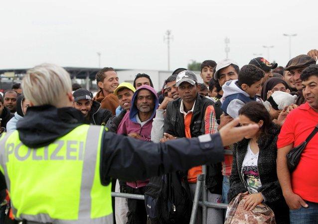 La police autrichienne accueille les migrants à la frontière hongroise