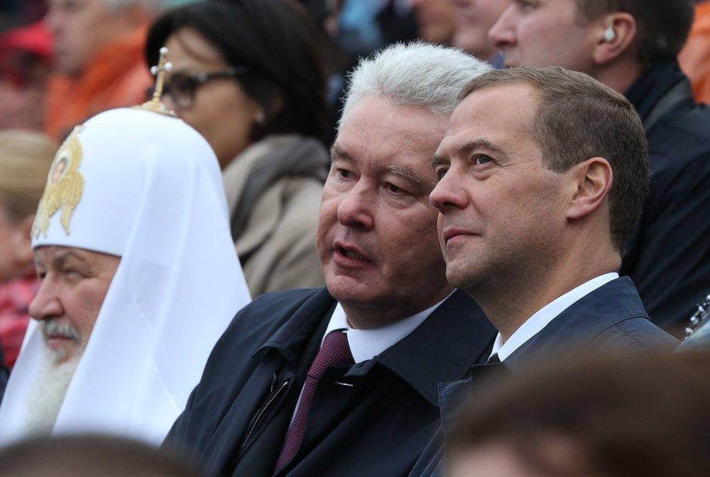 Le chef du gouvernement russe Dmitri Medvedev, le maire de Moscou Sergueï Sobianine et le patriarche de Moscou et de toutes les Russies Cyrille