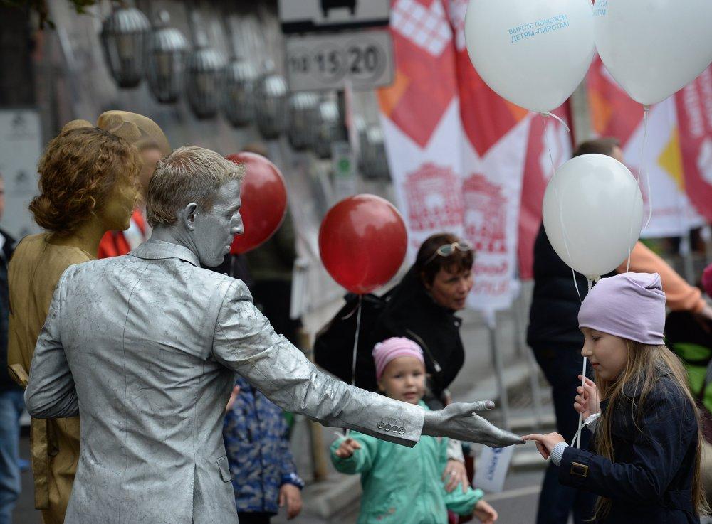 Des participants au festival artistique Personnages brillants dans les rues de Moscou