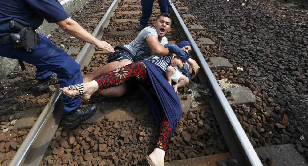 Des policiers et des migrants en Hongrie