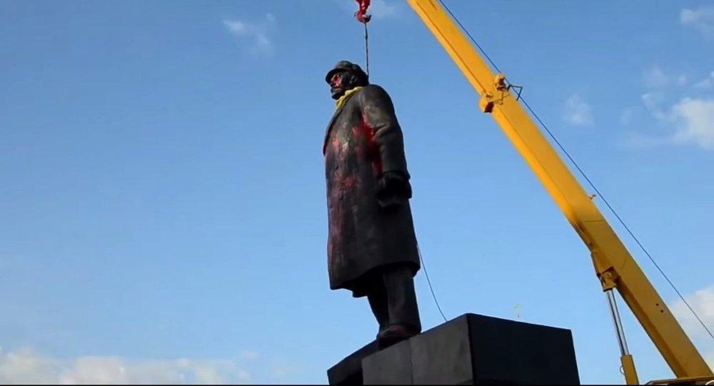 Démolition d'une statue de Lénine en Ukraine