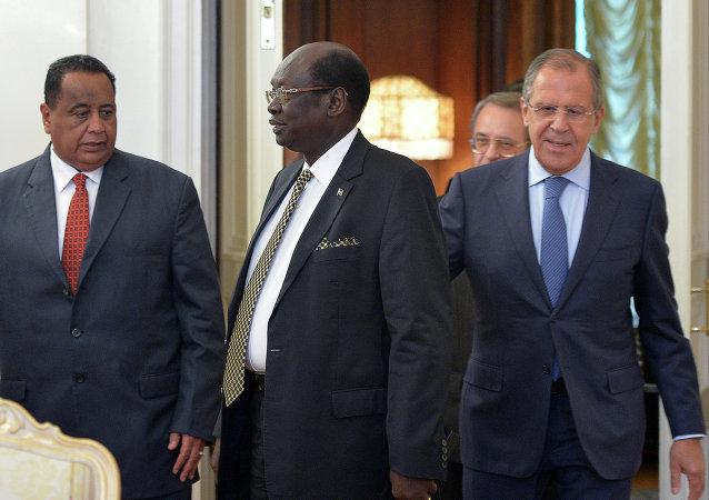 Sergueï Lavrov avec ses homologues soudanais Ibrahim Ghandour et sud-soudanais Barnaba Marial Benjamin