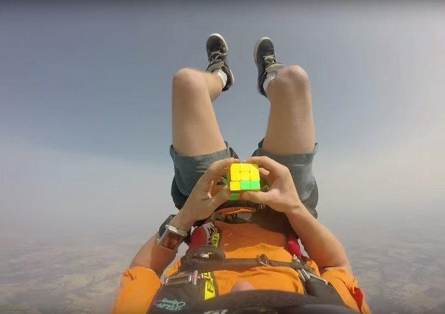 Un parachutiste réalise un Rubik's Cube en chute libre