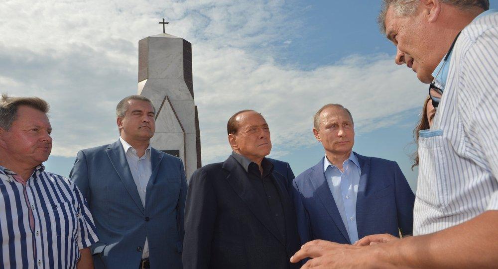 Poutine et Berlusconi en Crimée