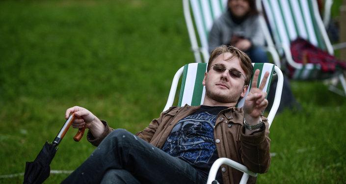 Un homme allongé dans une chaise longue