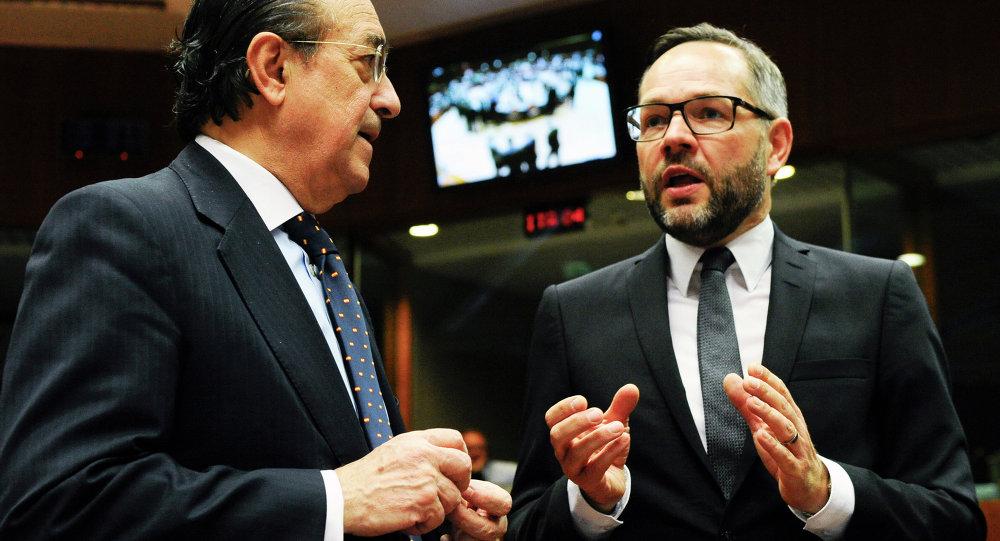 Secrétaire d'État espagnol à l'UE Fernando Eguidazu Palacios (L) et son homologue allemand Michael Roth