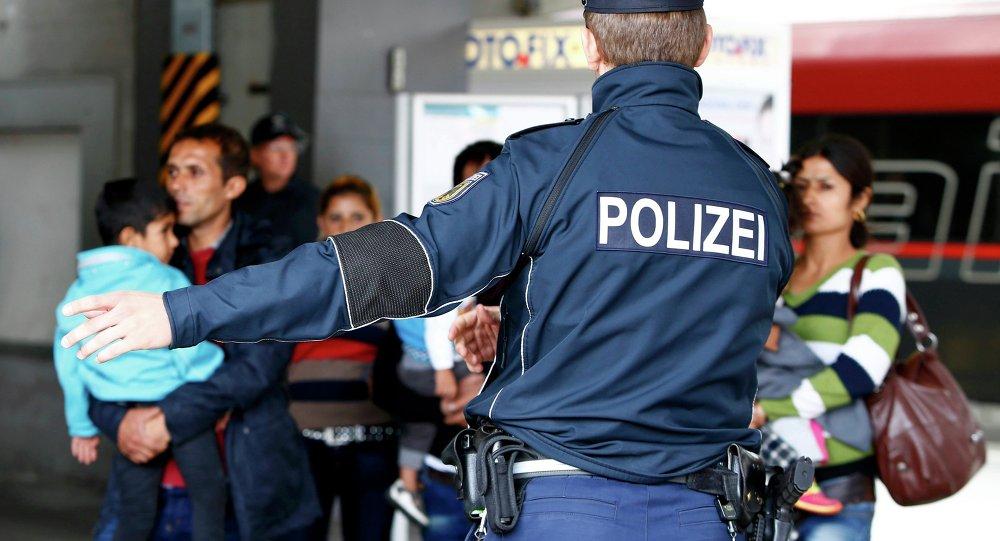 Un officier de police allemand indique la voie aux migrants arrivés le 7 septembre dernier à la gare de Munich.