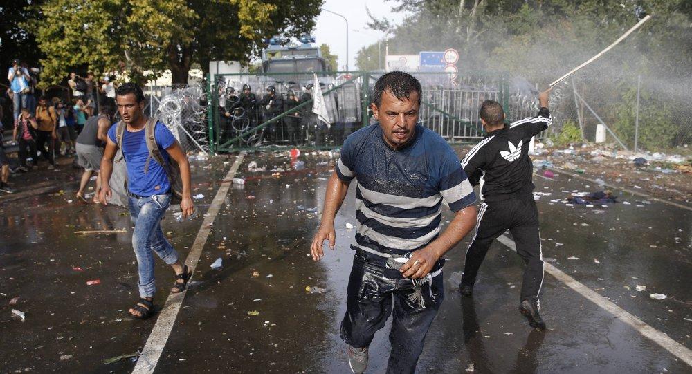 Quelques centaines de migrants ont lancé des projectiles sur les forces de l'ordre, qui ont répliqué en tirant des gaz lacrymogènes et en faisant usage de canons à eau.  Dans un communiqué, la police hongroise a indiqué qu'un groupe de migrants était dans un premier temps parvenu à franchir le portail fermant la frontière, au poste dit Röszke II.  Le portail est actuellement remplacé par plusieurs rangées de policiers. La police protège les frontières de la Hongrie et de l'UE en respectant les lois et le principe de la proportionnalité, affirme le texte.  Environ 500 migrants se trouvaient sur les lieux Quelques centaines de migrants ont lancé des projectiles sur les forces de l'ordre, qui ont répliqué en tirant des gaz lacrymogènes et en faisant usage de canons à eau.