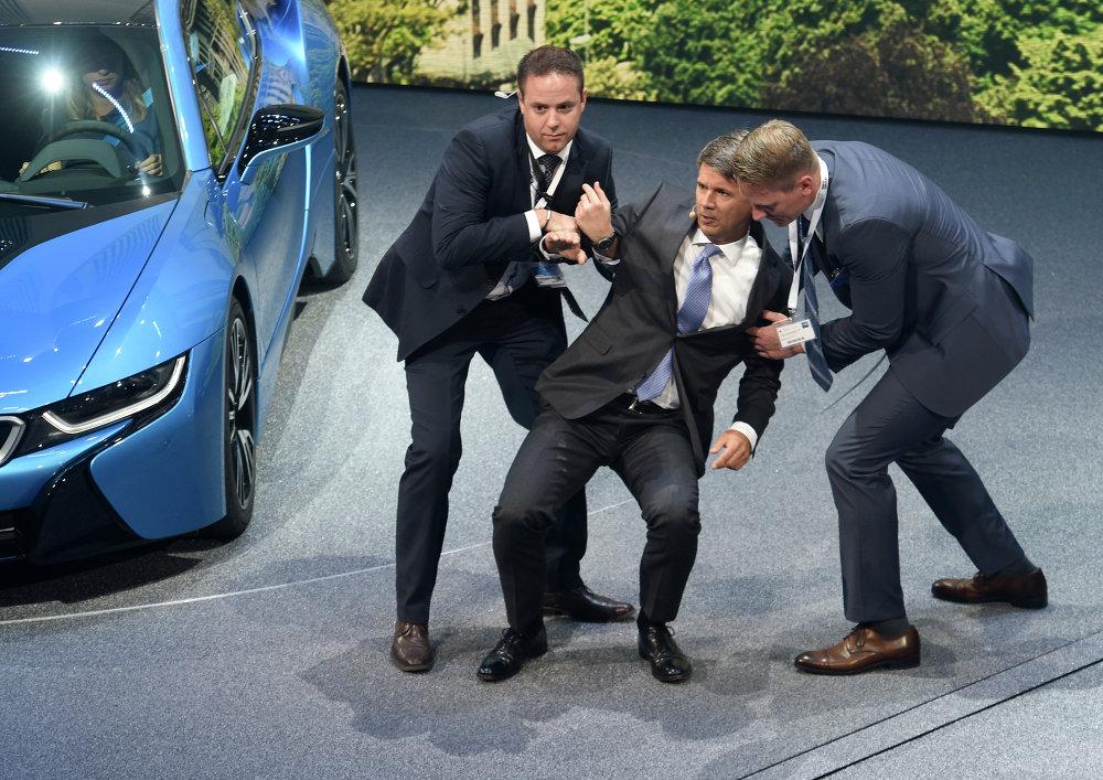 Pendant l'ouverture du salon, le directeur général de BMW, Harald Krüger de 49 ans, a été victime d'un malaise