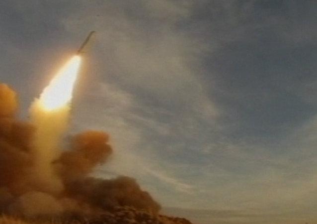 Un missile russe Iskander en action