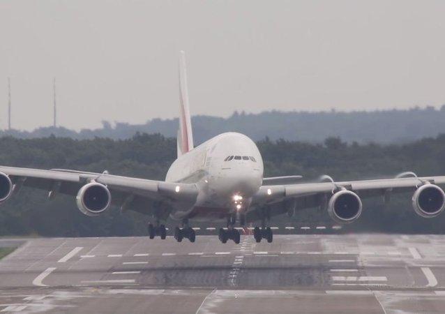 Un immense avion de ligne atterrit par vent latéral