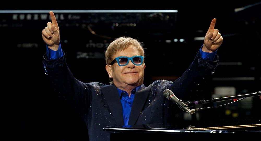 Emmanuel Macron doit remettre la Légion d'honneur à Elton John