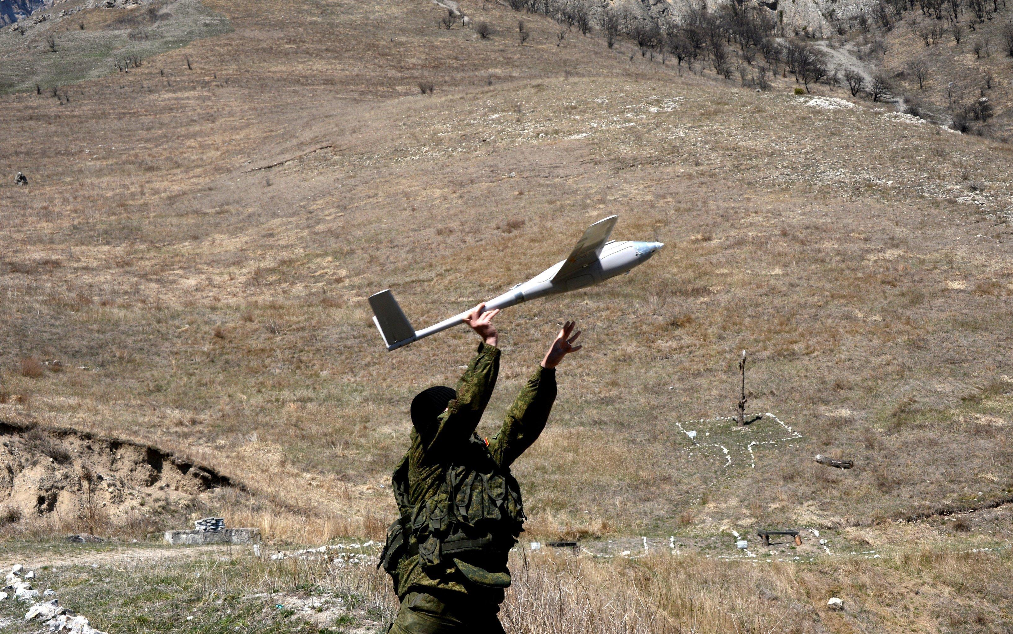Un militaire russe lance un drone
