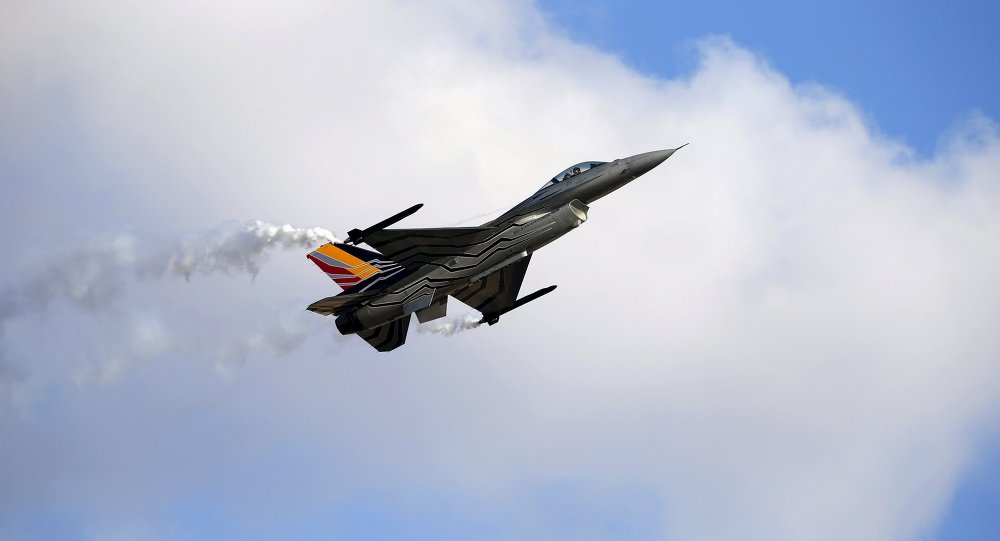 Un chasseur-bombardier F-16. Photo d'archive