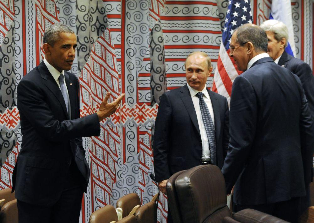 Le président russe Vladimir Poutine, le secrétaire d'État américain John Kerry, le ministre russe des Affaires étrangères Sergueï Lavrov et le président américain Barack Obama lors de leur rencontre dans le cadre de la 70e session de l'Assemblée générale de l'Onu à New York