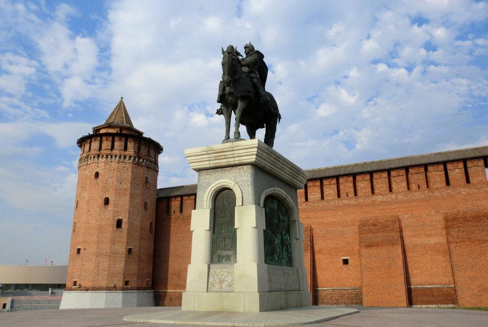 le kremlin de Kolomna et la statue de Dmitri Donskoï.