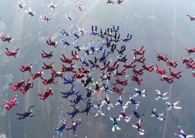 186 parachutistes battent un record à Kolomna